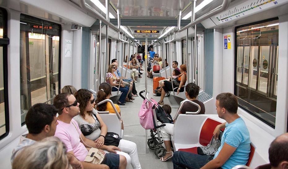Viajeros en el metro de Sevilla.