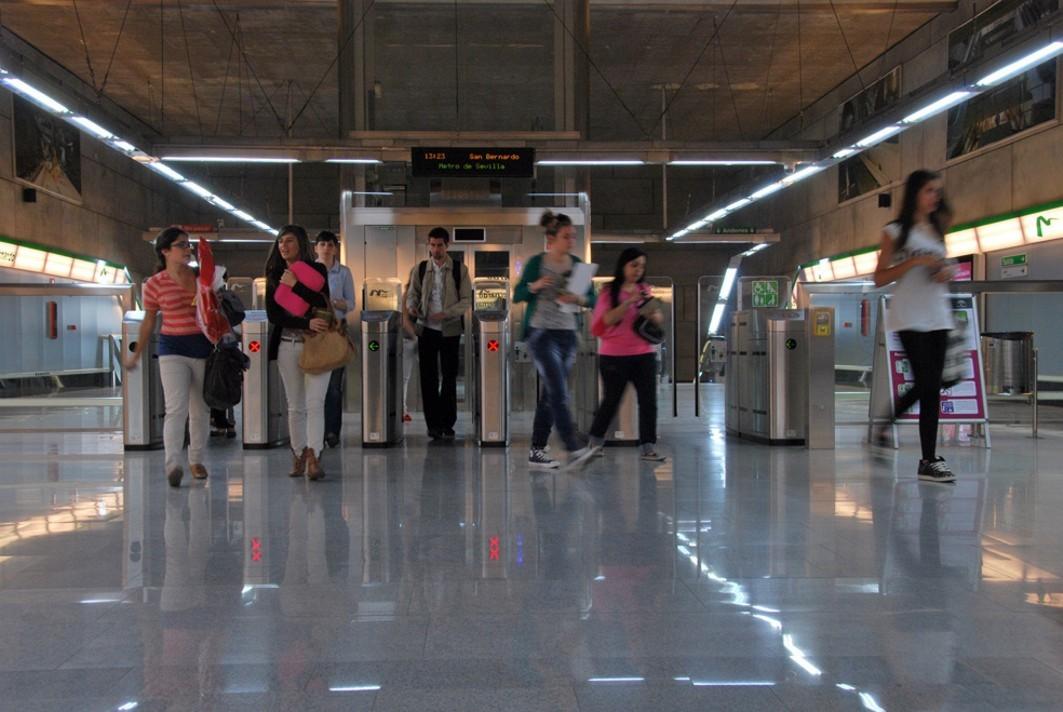 Usuarios de metro de Sevilla.
