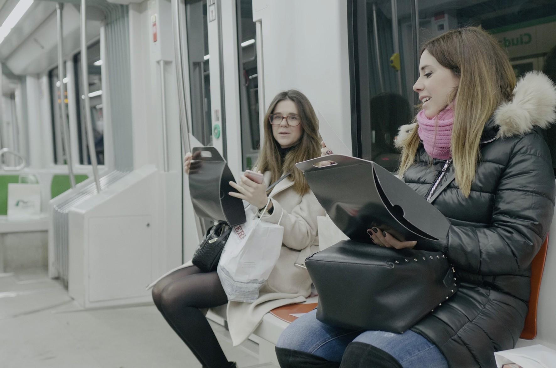 Los usuarios de metro se han visto sorprendidos con regalos en sus asientos.