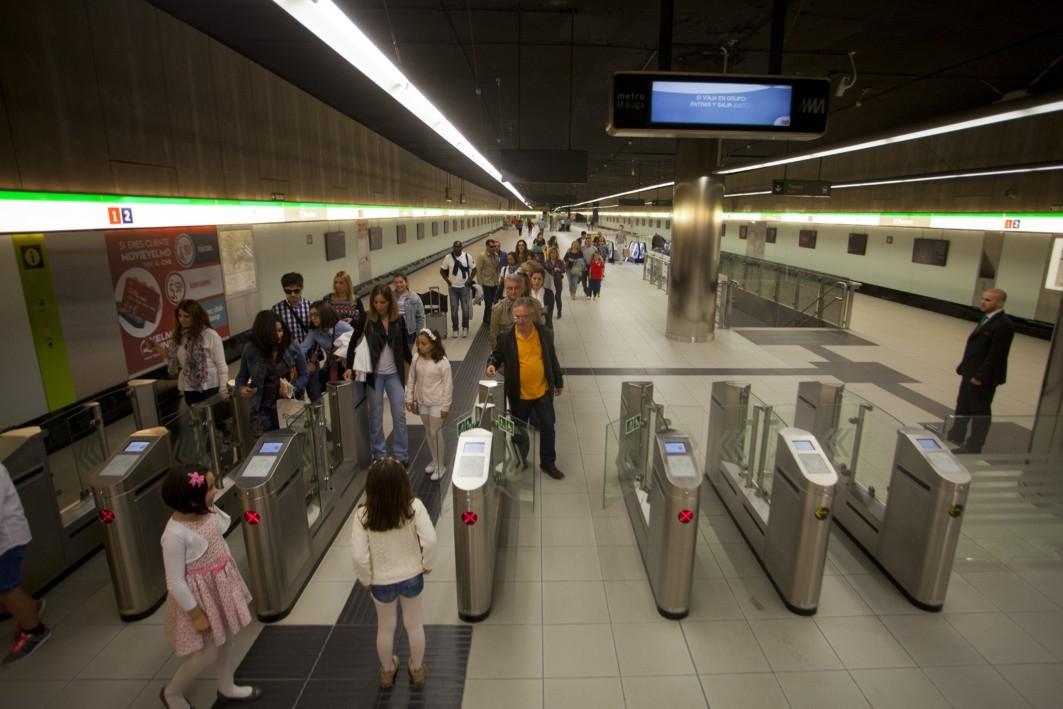 Viajeros del metro de Málaga.