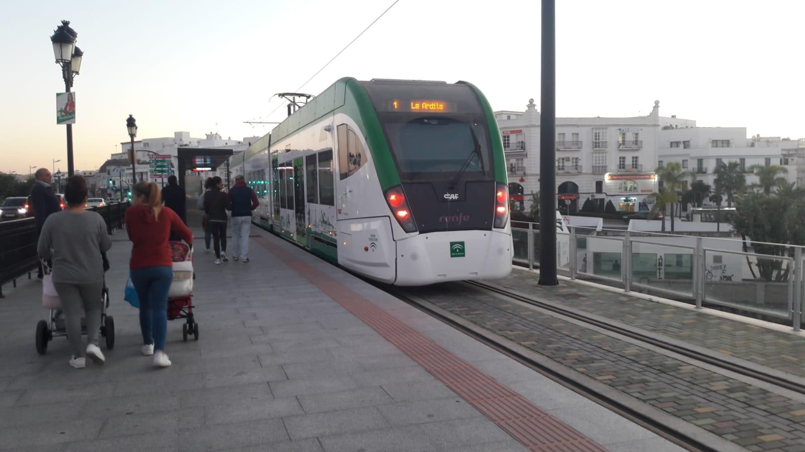 Unidad del tren tram en pruebas, circulando por el trazado urbano de Chiclana