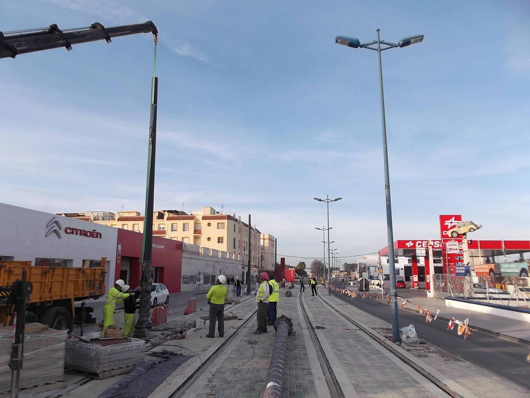 trabajos de izado de los postes de catenaria en Alameda de Solano.