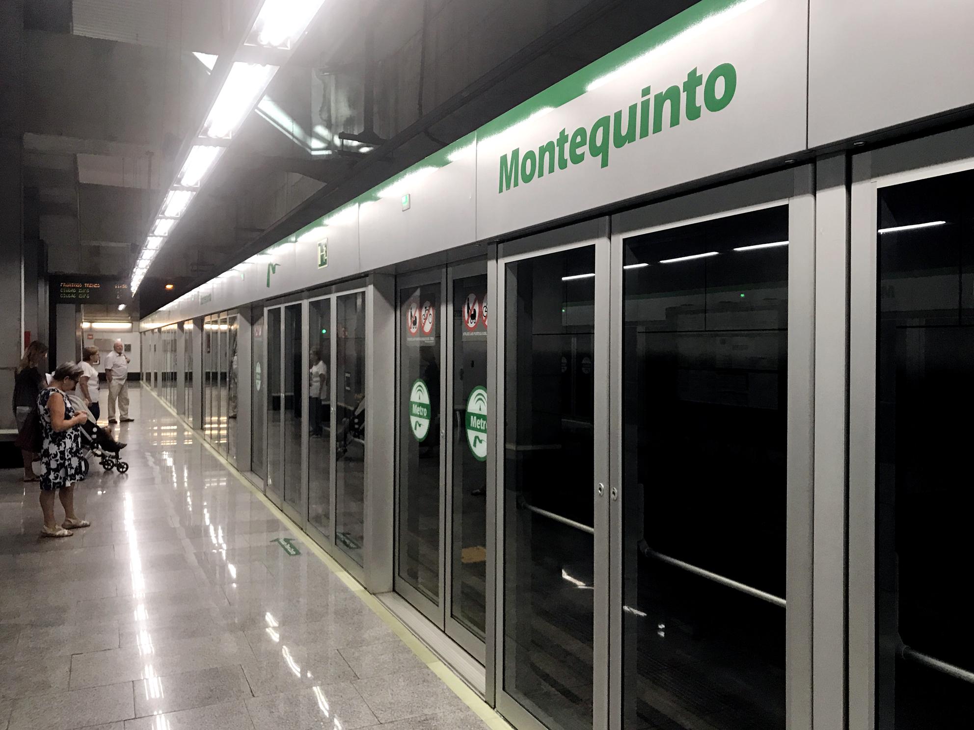 Usuarios en la estación de Montequinto esperando el tren hoy en el andén.