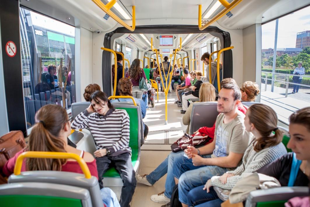 Usuarios del metro de Málaga a su paso por Teatinos.
