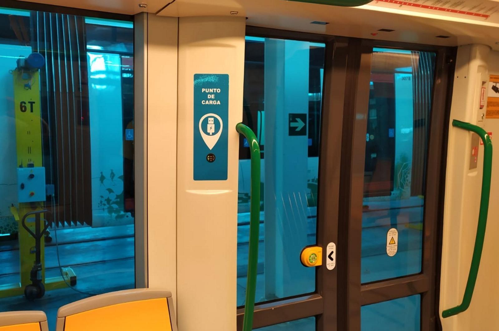 Puntos de recarga en el interior de los trenes del metro.