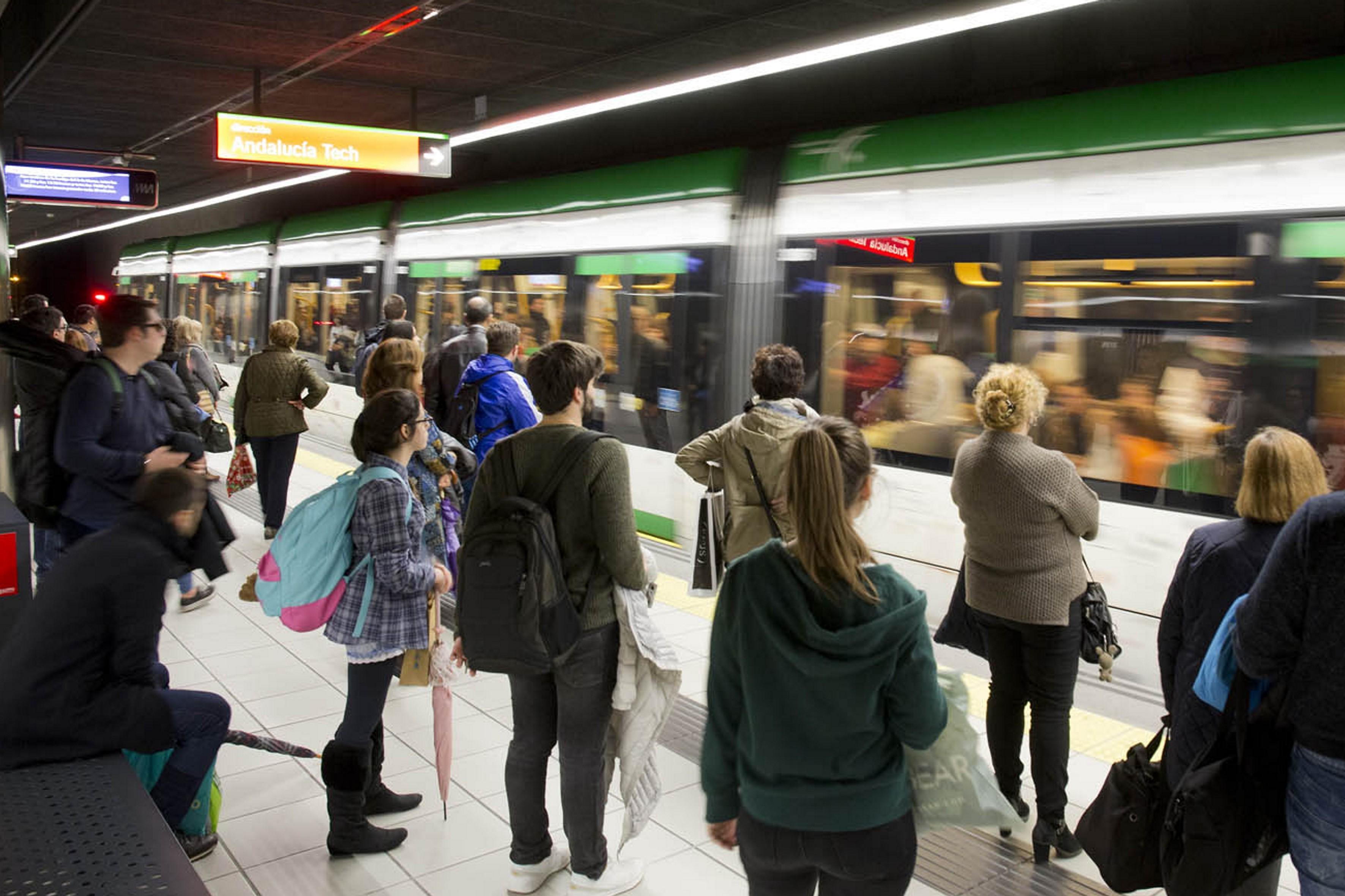 Usuarios del metro de Málaga.