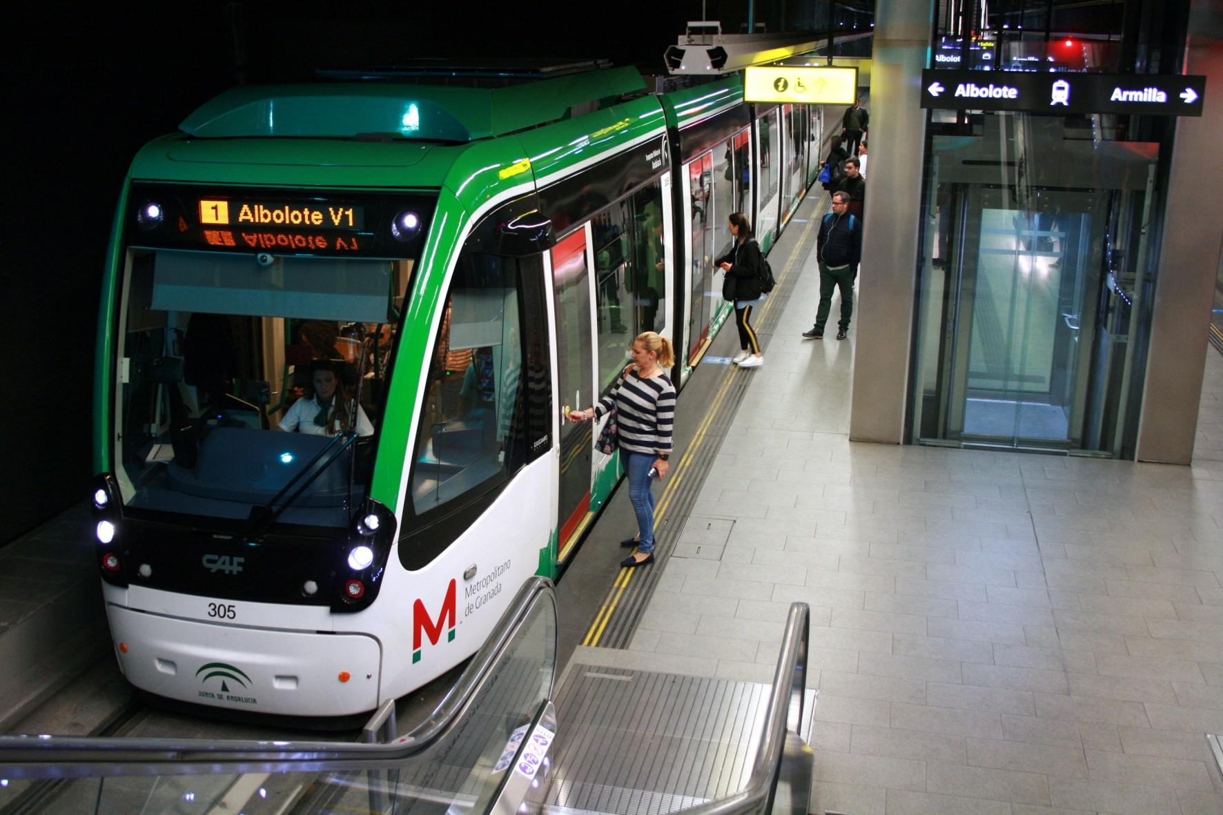 Usuarios del metro en Granada.