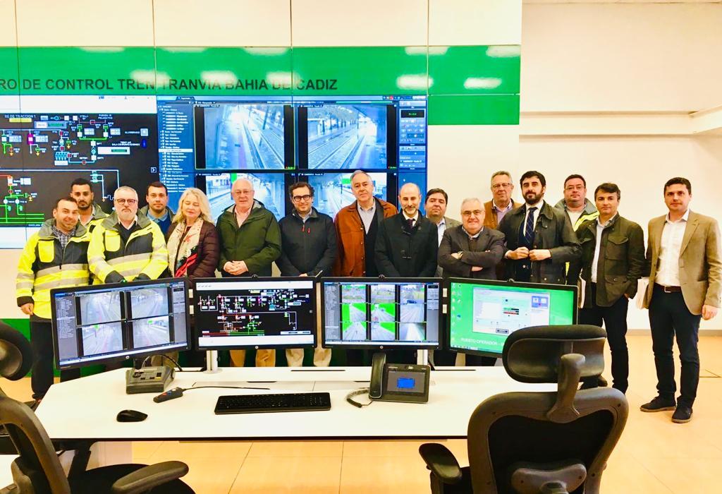 El viceconsejero de Fomento junto a otros responsables y técnicos del proyecto en el Puesto de Control Central.