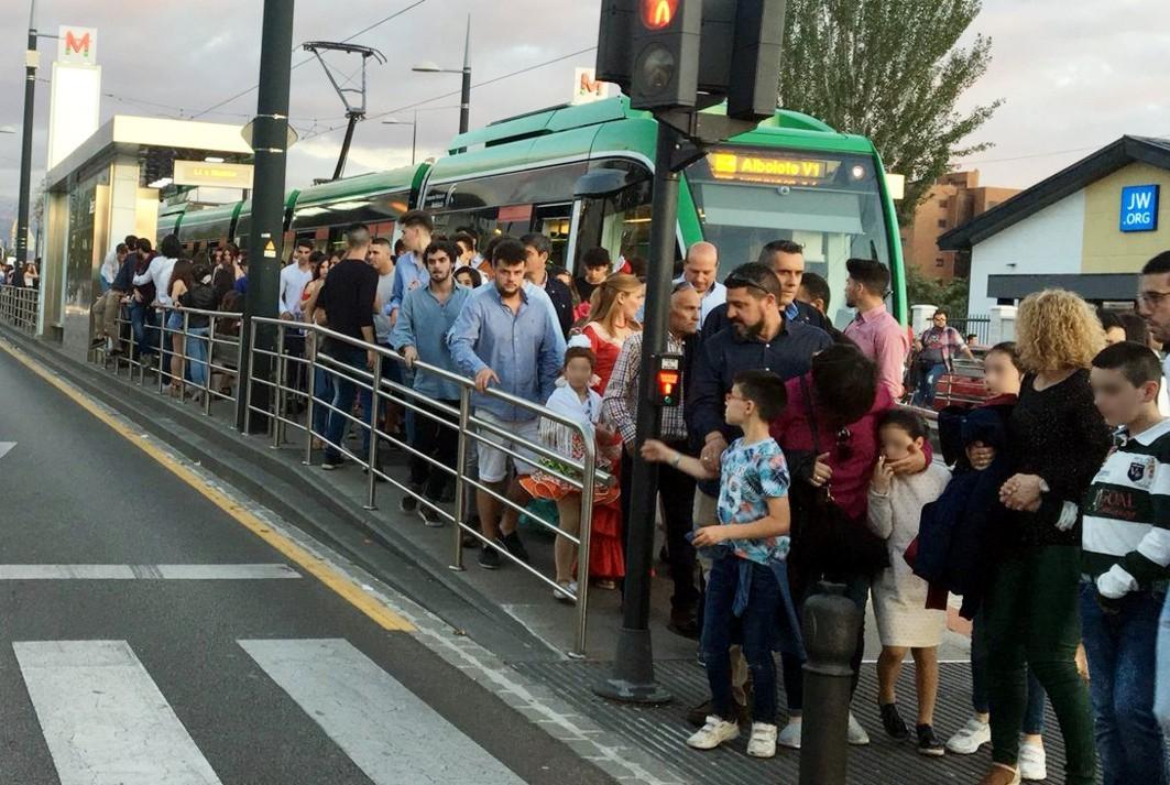 Usuarios del metro de Granada durante la Feria del Corpus.