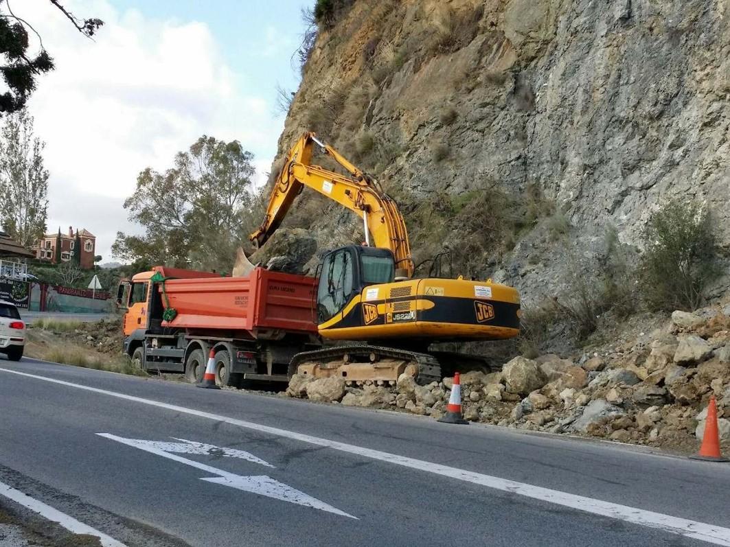 Trabajos de emergencias en las carreteras de Málaga.