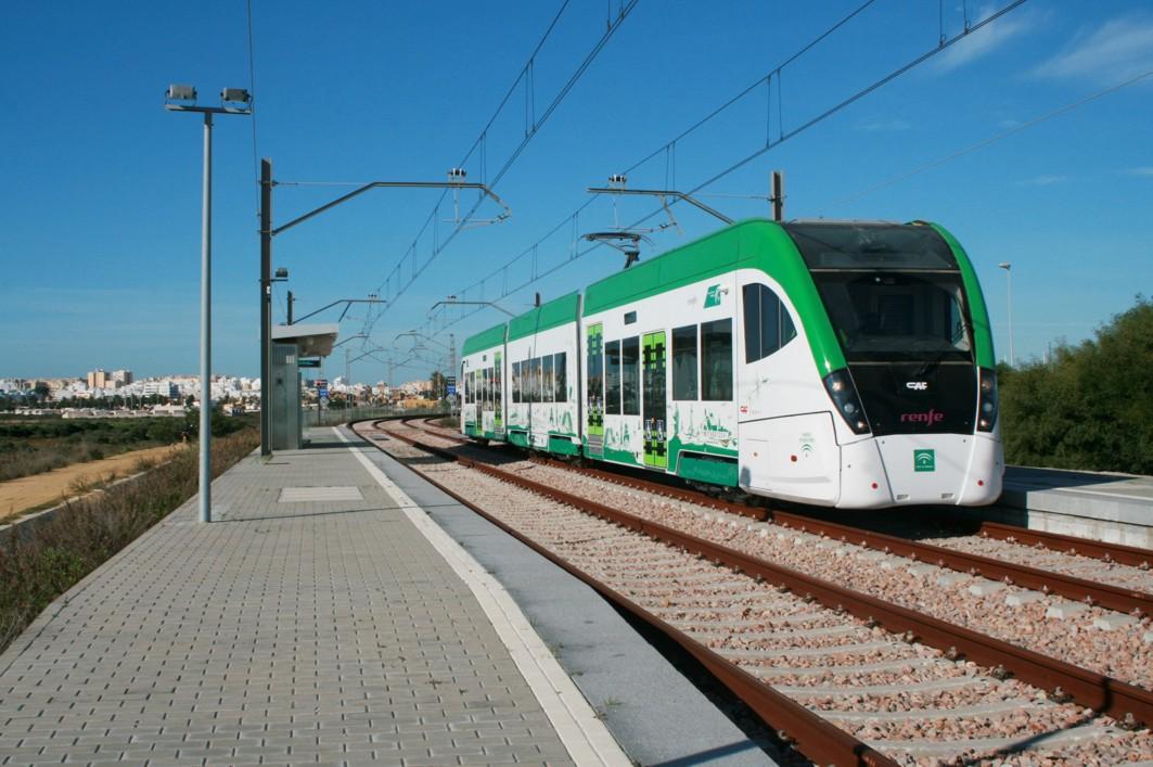 El tranvía de la Bahía de Cádiz en el tramo interurbano entre Chiclana y San Fernando.