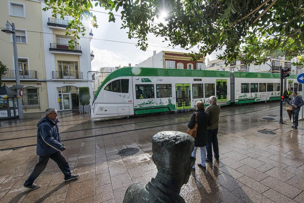 Pruebas móviles del tranvía de Cádiz por las calles de San Fernando.