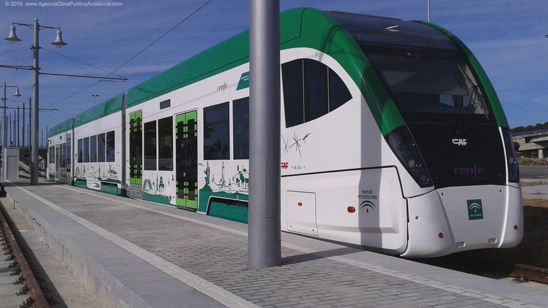 El Trambahía utiliza un sistema tren-tram que le permite circular como tranvía por las zonas urbanas y usar la vía ferroviaria en el acceso a Cádiz