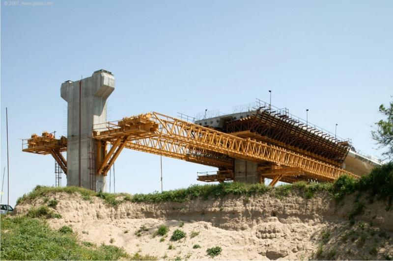 desarrollo y gestión de actividades y de infraestructuras de obra pública y equipamiento público que le fueran encomendados por las distintas Consejerías