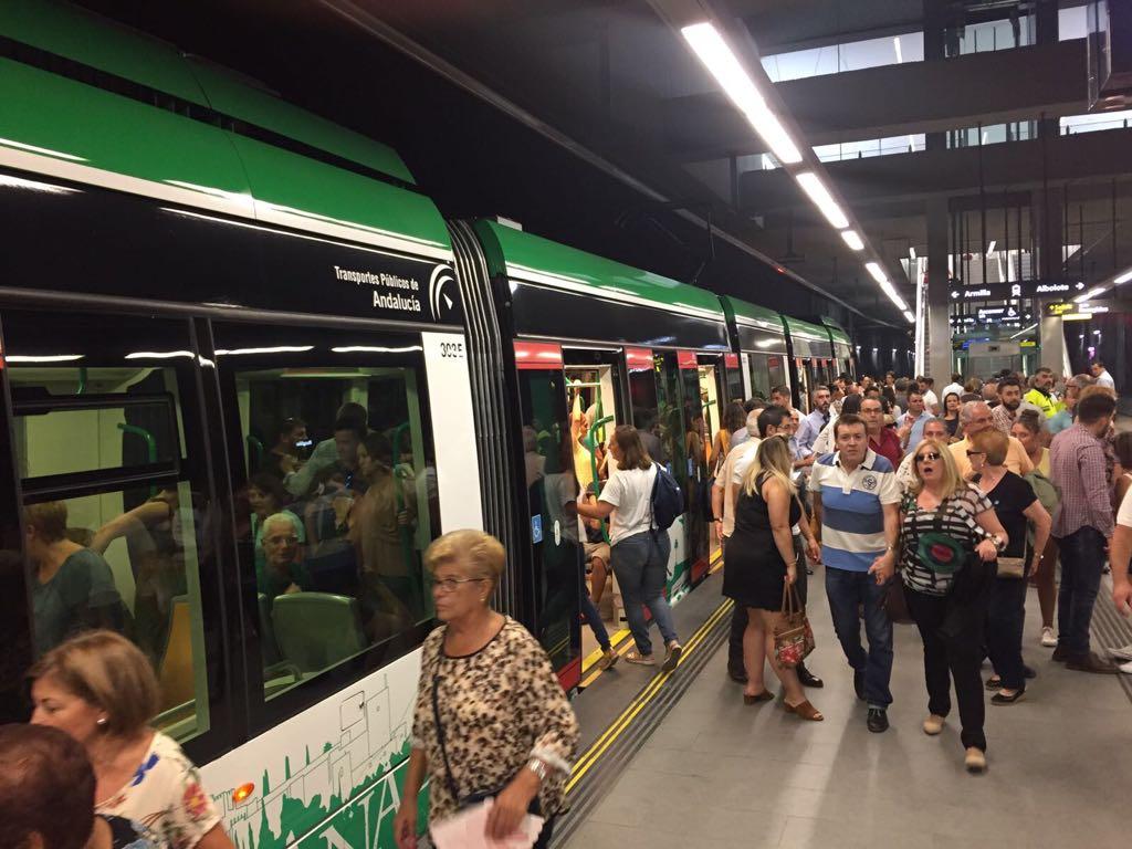Usuarios en el metro de Granada.