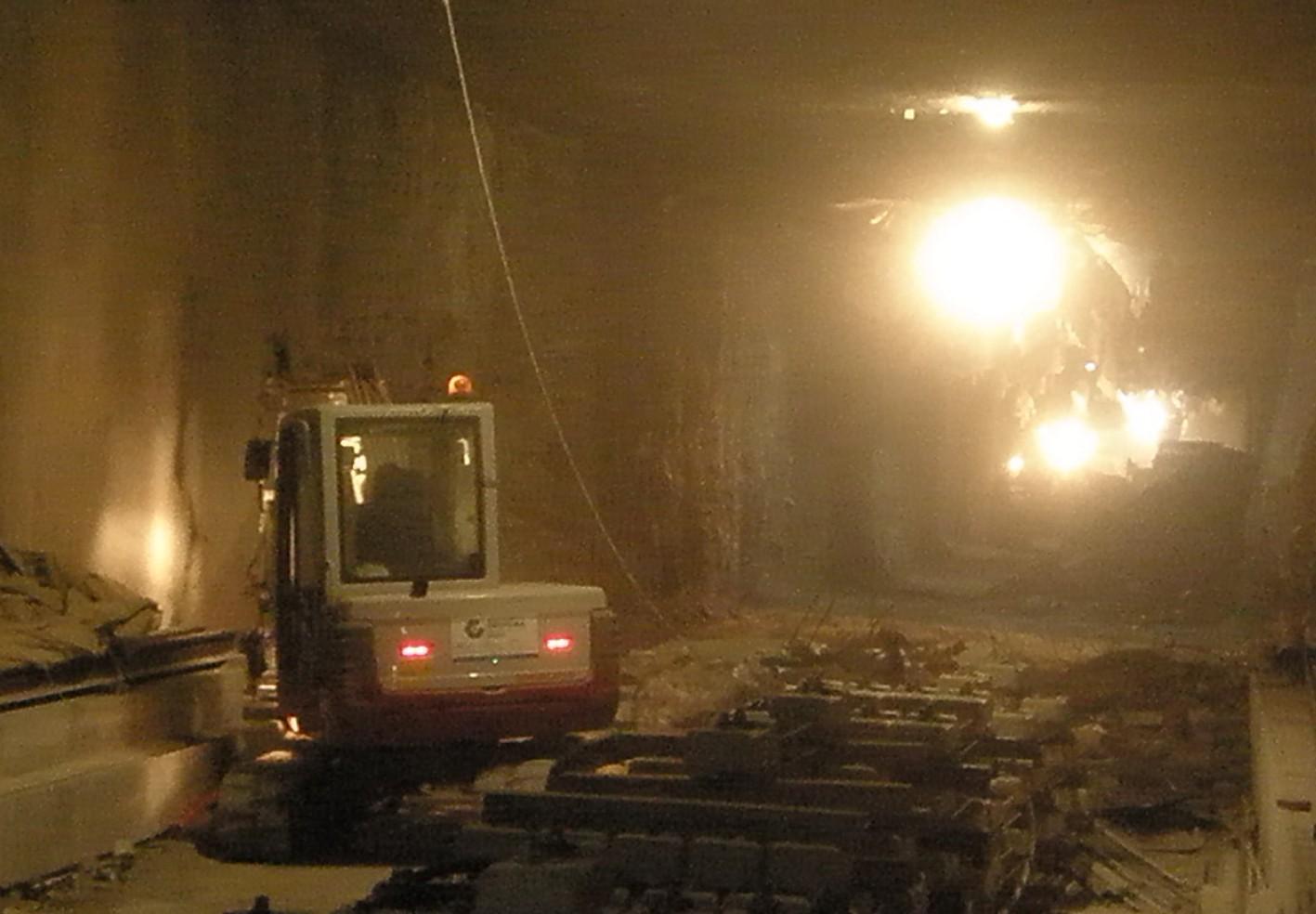 El momento del cale en el túnel de Camino de Ronda de Metro de Granada.