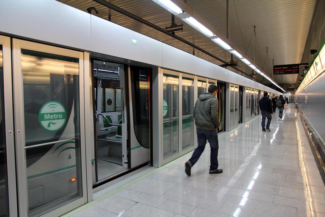 Imagen de un tren de doble composición del Metro de Sevilla en andén.