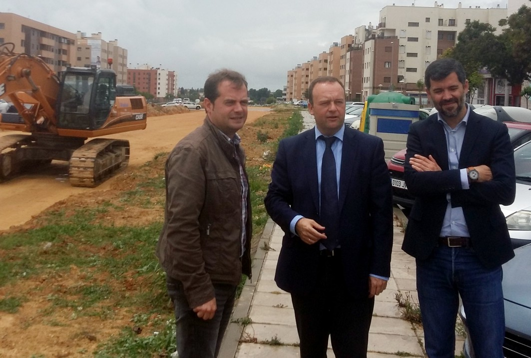 Autoridades públicas visitan las obras en Mairena del Aljarafe.