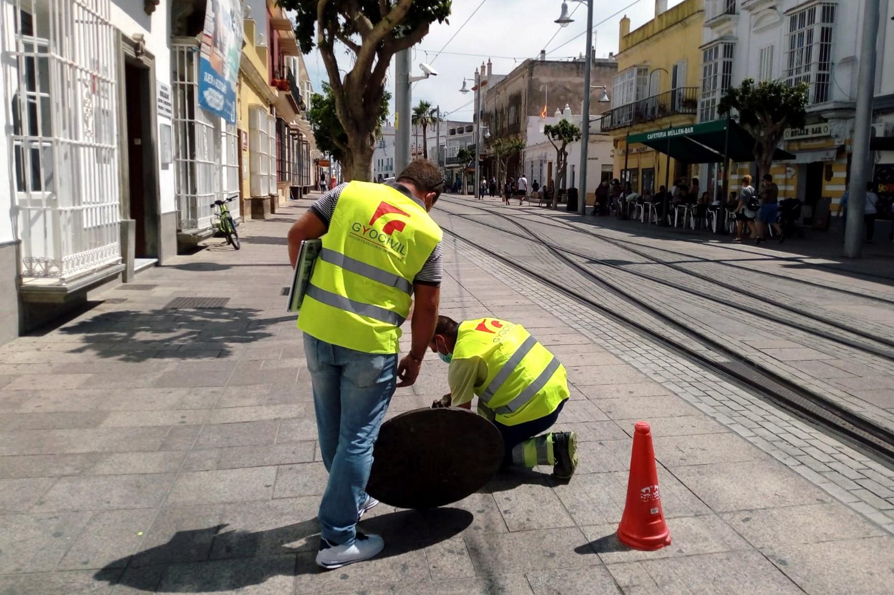 Los operarios han comenzado a trabajar en el mantenimiento del tranvía.
