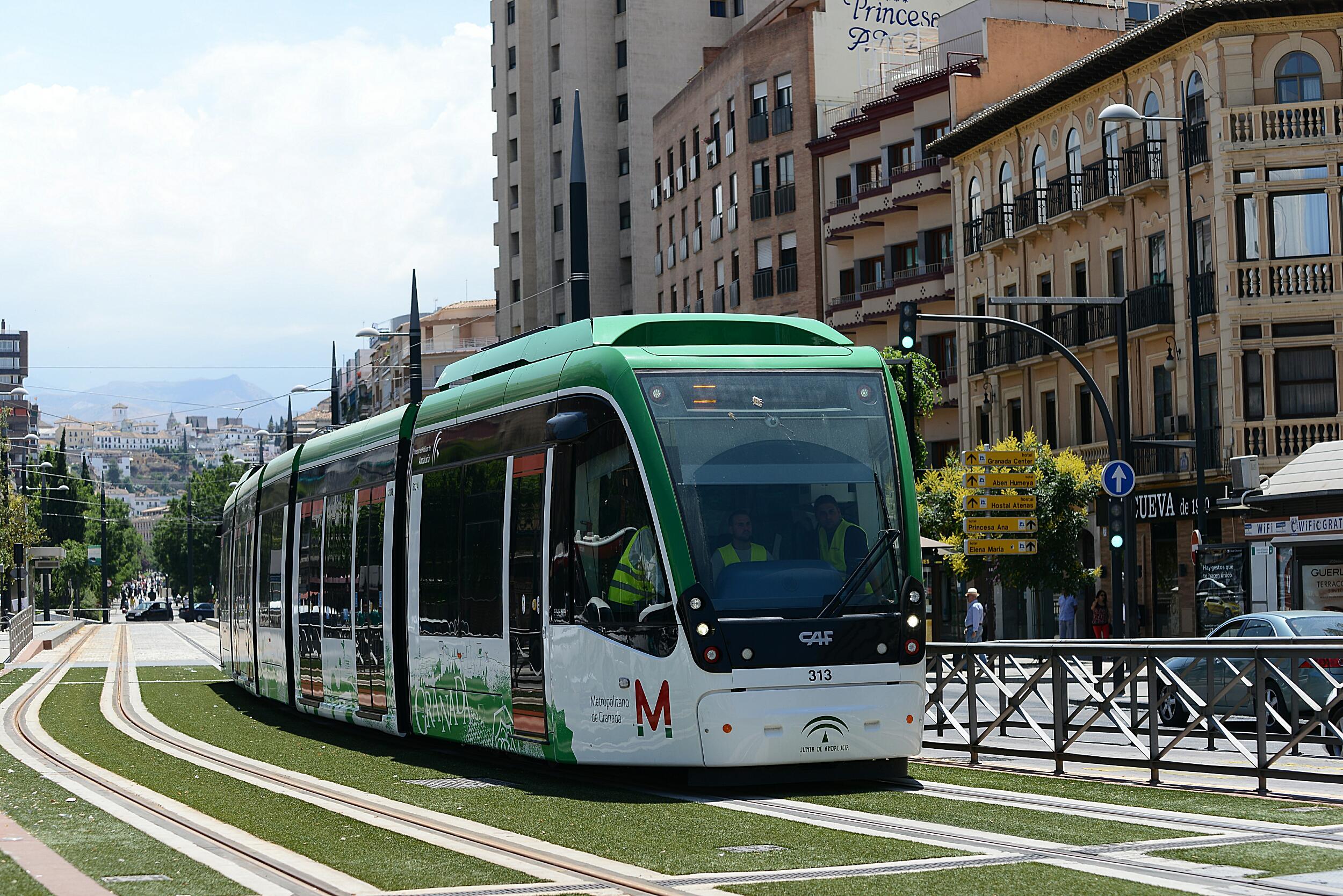 Unidad del Metro de Granada en pruebas a su paso por La Caleta.