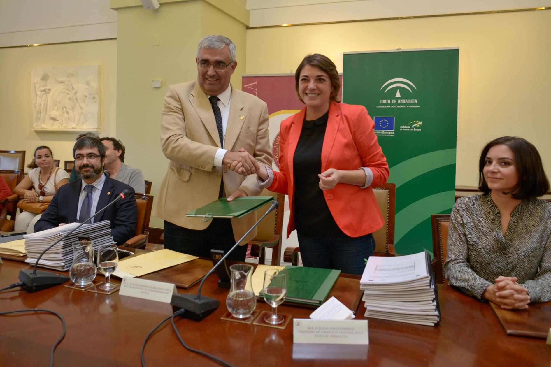 la consejera presidió el acto de firma de los convenios, junto al rector de la Hispalense.