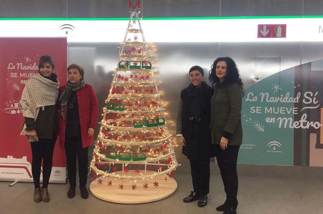 Las responsables públicas presentan la campaña de Navidad en el metro de Granada.