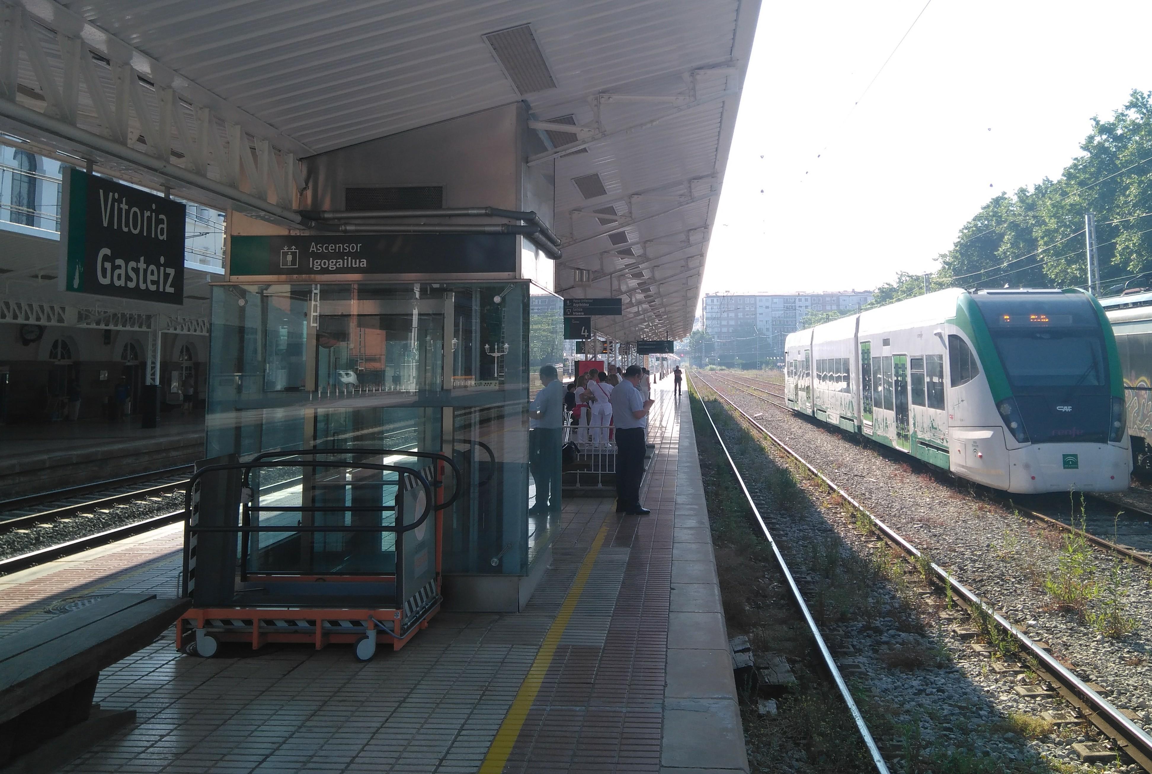 Unidad del Tren Tram junto al adén de la estación de ferrocarril de Vitoria.