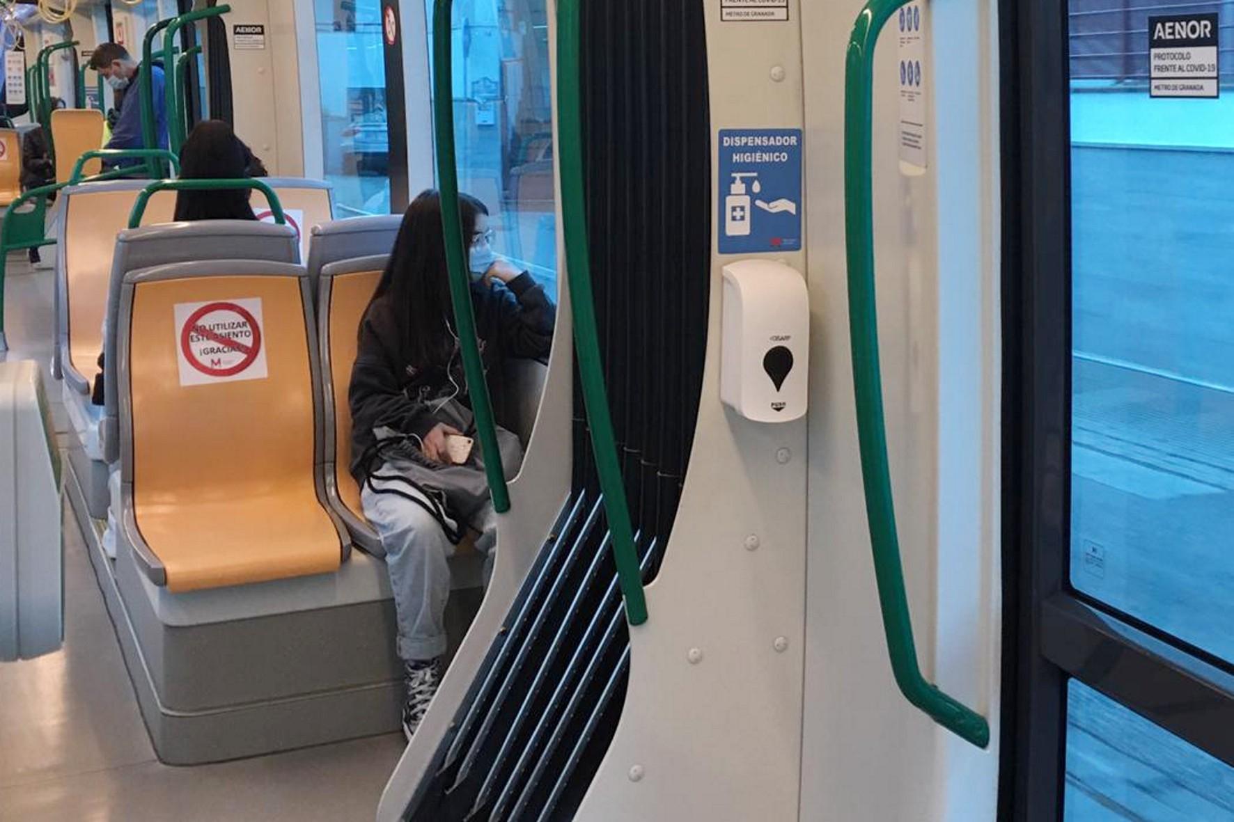 Los usuarios de Metro de Granada encontrarán junto a las puertas dosificadores de gel hidroalcohólico