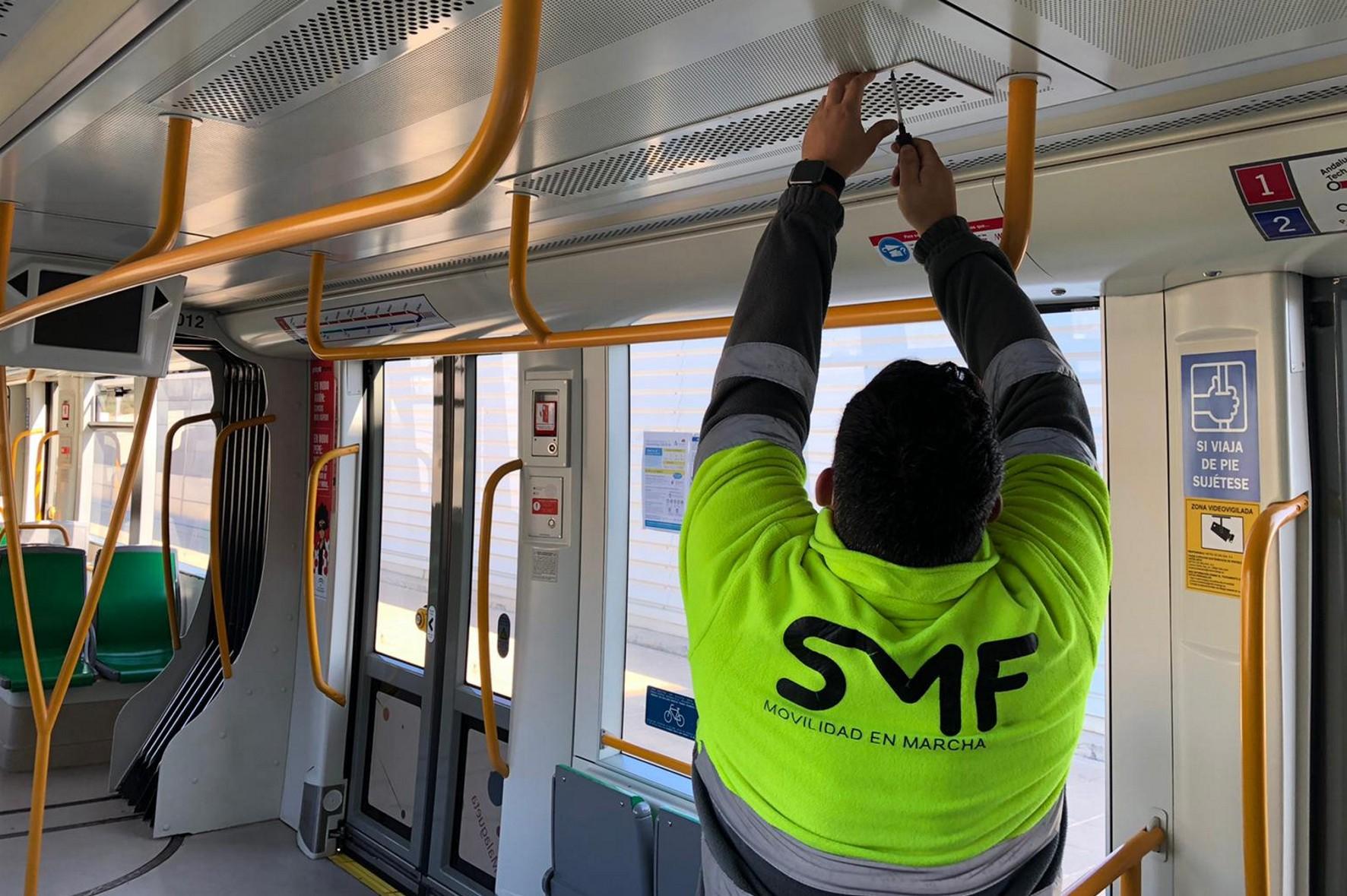 Técnico comprobando la mejora en el sistema de climatización del Metro de Málaga