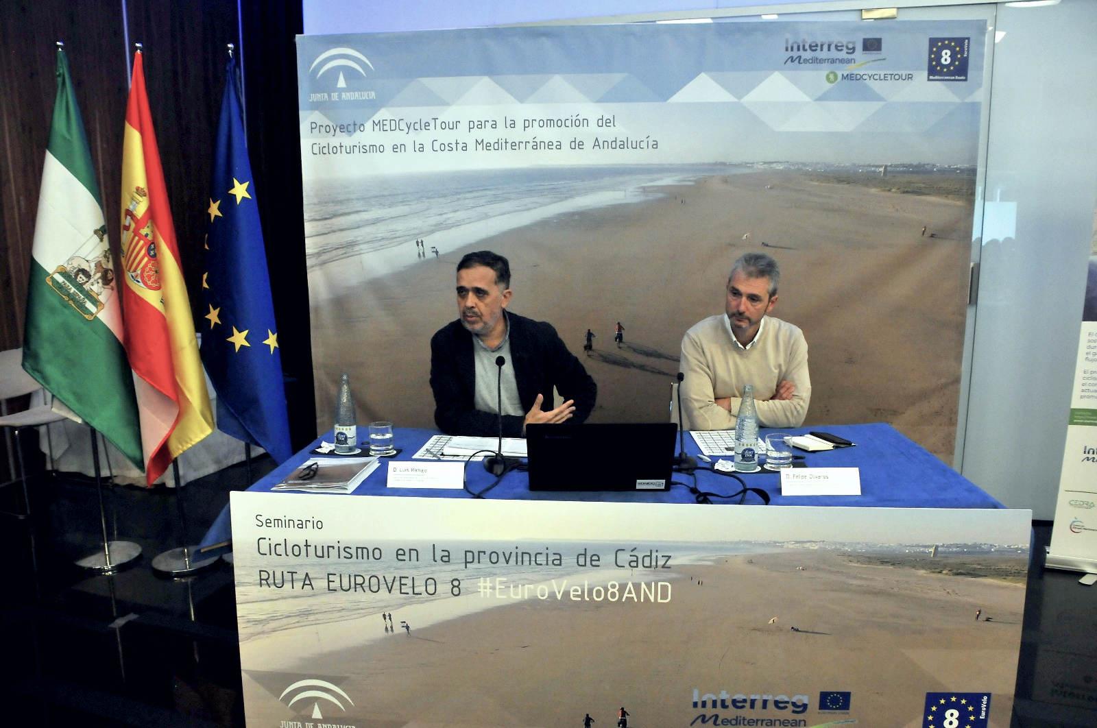 """Nuestro compañero Luis Ramajo durante la conferencia """"La EuroVelo 8, un proyecto europeo para recorrer el mediterráneo en bicicleta"""""""