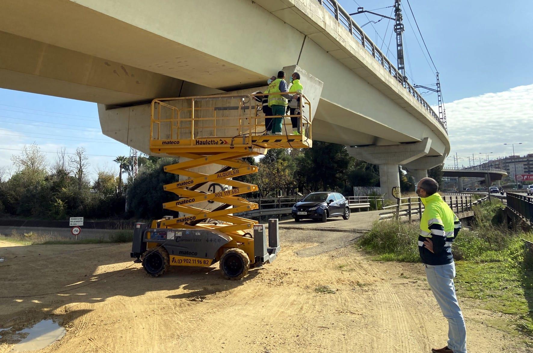 Trabajos de mantenimiento en el viaducto de Montequinto del metro de Sevilla.