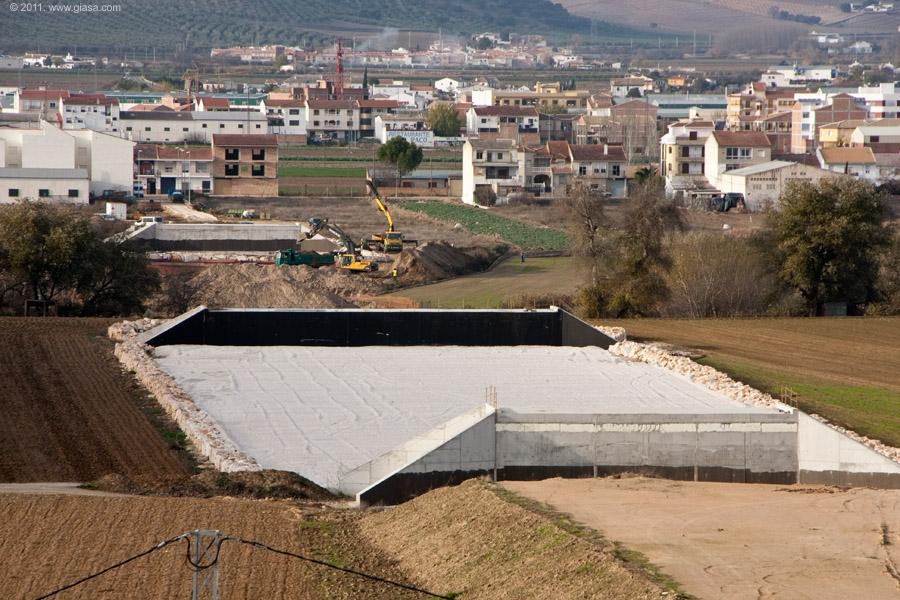 En la foto, las obras de construcción del puente sobre el río Genil.