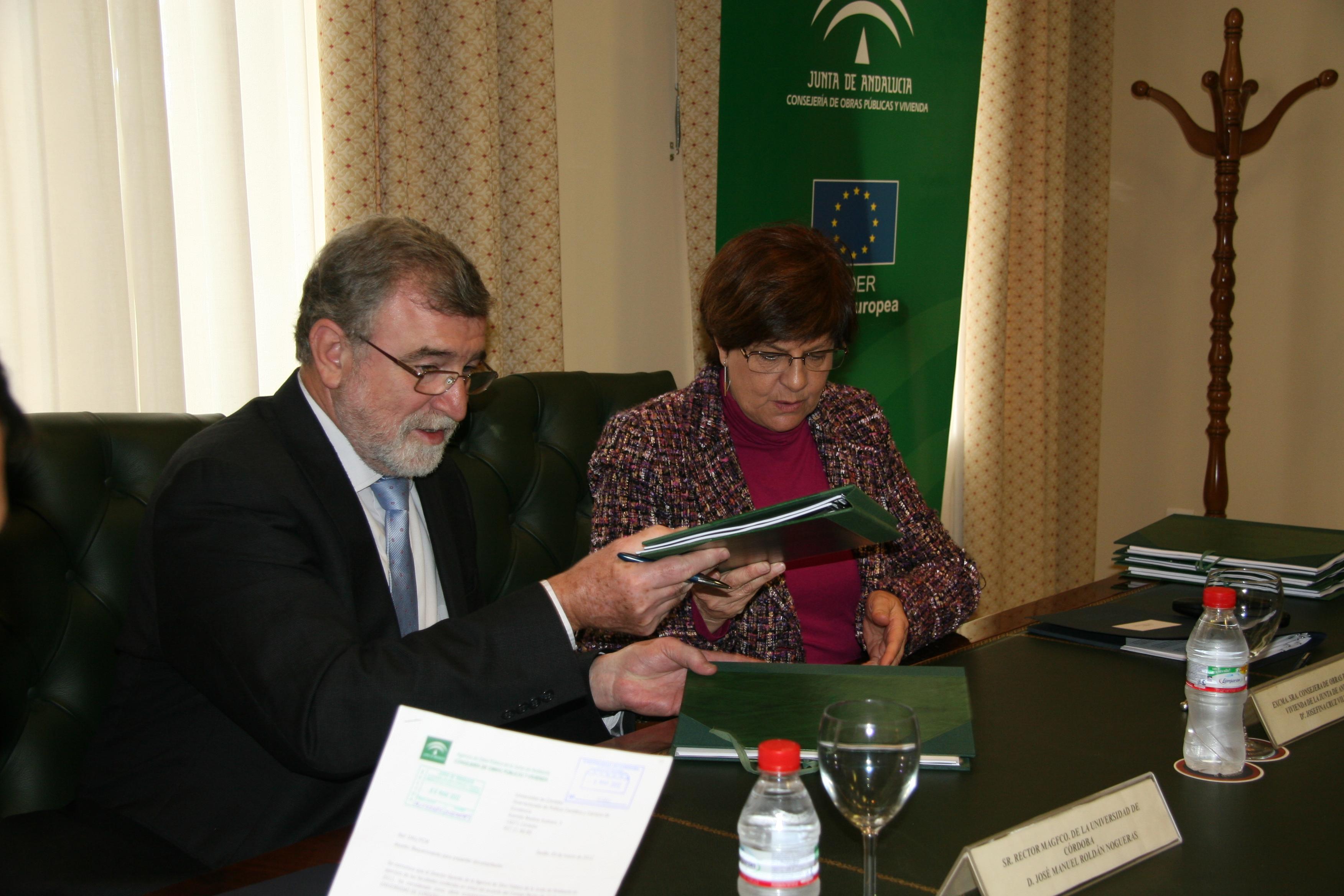 La Consejera firma los contratos junto al rector de la Universidad de Córdoba.