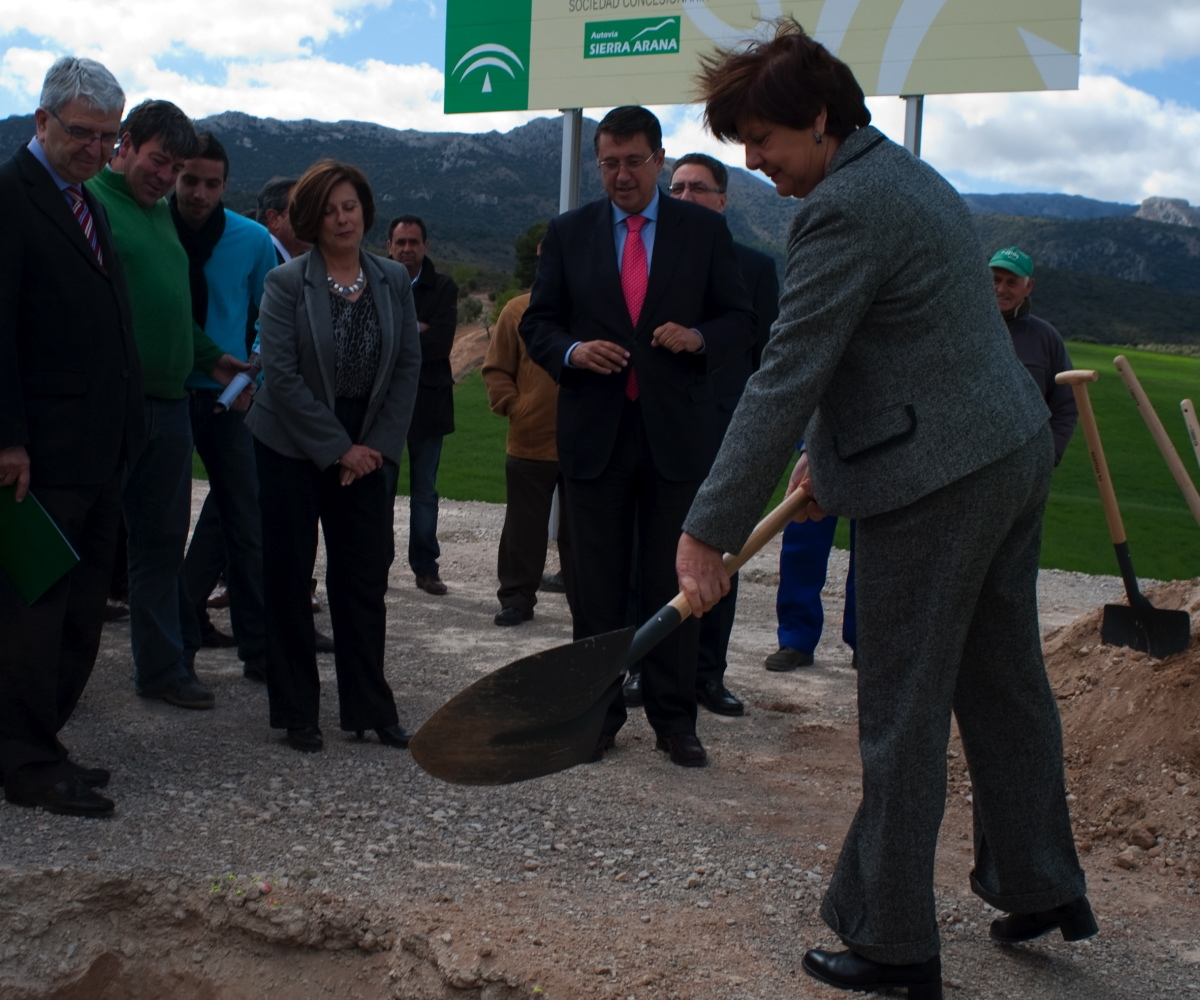 La Consejera de Obras Públicas y Vivienda procede a enterrar el cajón de proyectos en el acto de colocación de primera piedra