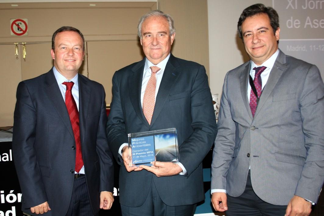 El director general de Infraestructuras de la Junta, Jesús Huertas, recoge el premio en nombre de la Consejería