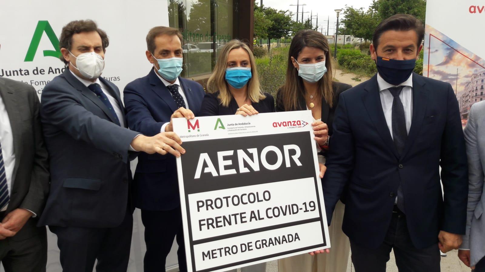 La consejera, Marifran Carazo, junto al alcalde, Luis Salvador y personal de la Empresa AVANZA recoge el Certificado AENOR de protocolo frente al Covid19