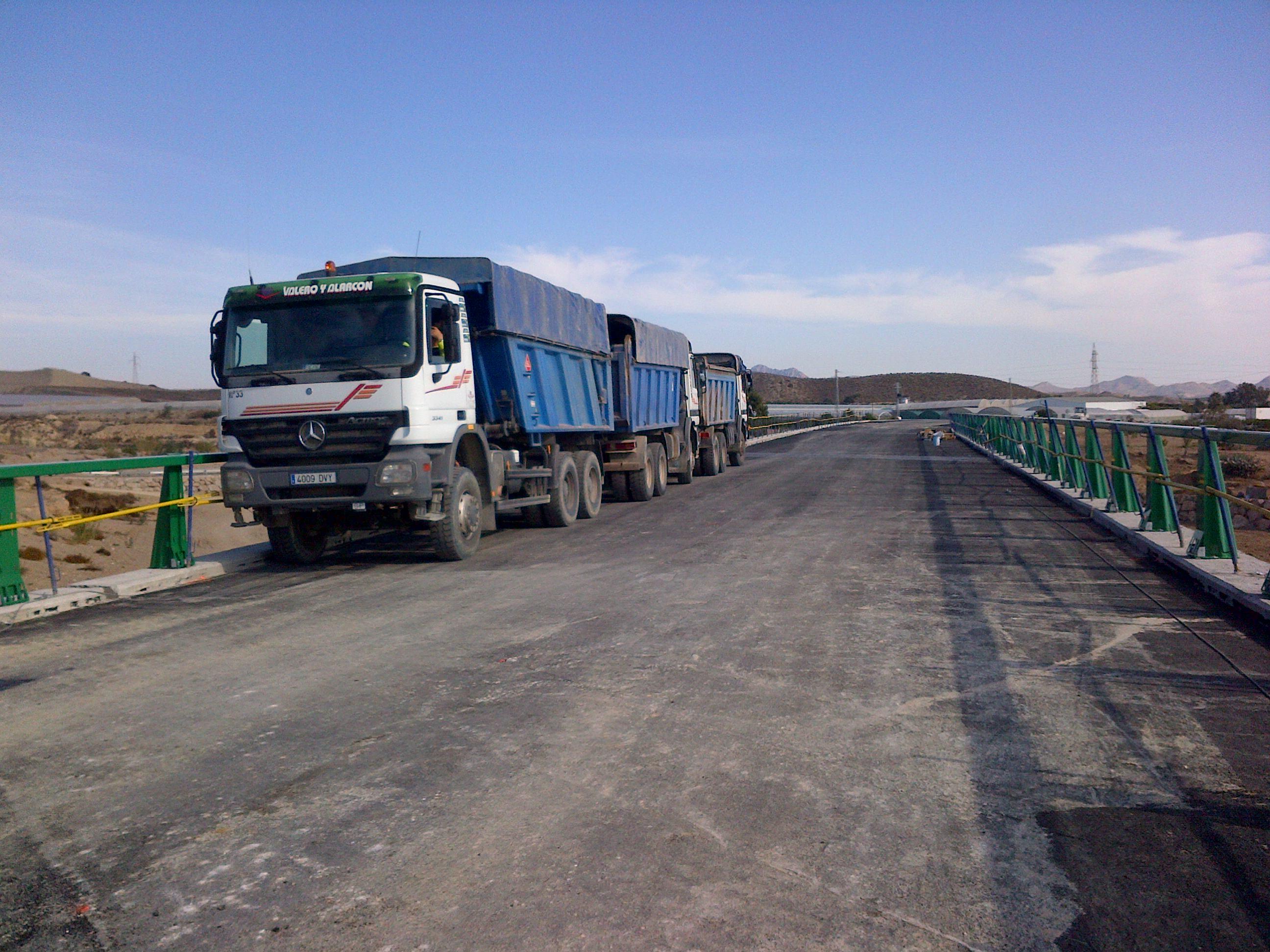 las pruebas de carga consisten en colocar camiones cargados sobre los vanos del puente.