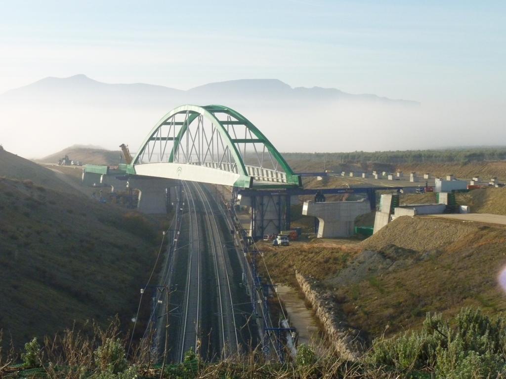 Viaducto del Eje Ferroviario Transversal que salva la Línea AVE Mádrid-Malaga en el entorno de Antequera.