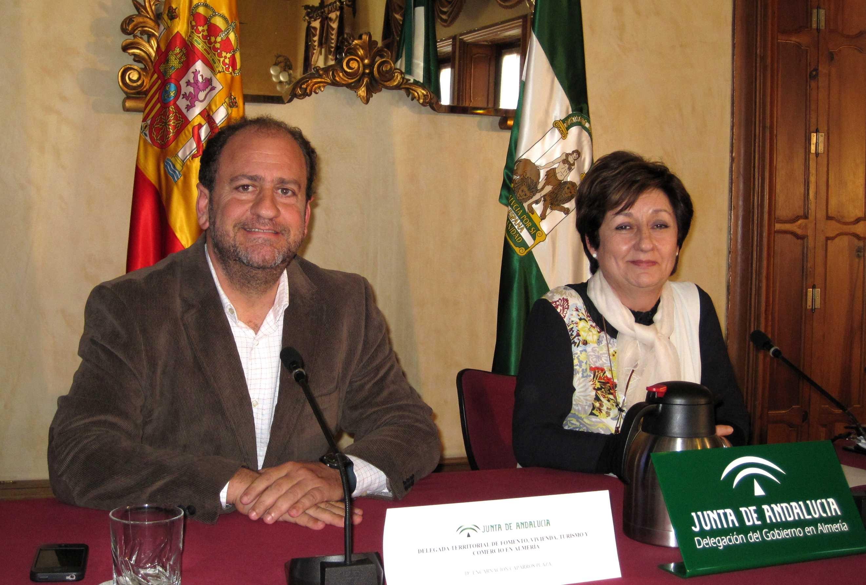 El viceconsejero, junto a la delegada territorial en Almería, durante la presentación a colectivos del PAB.
