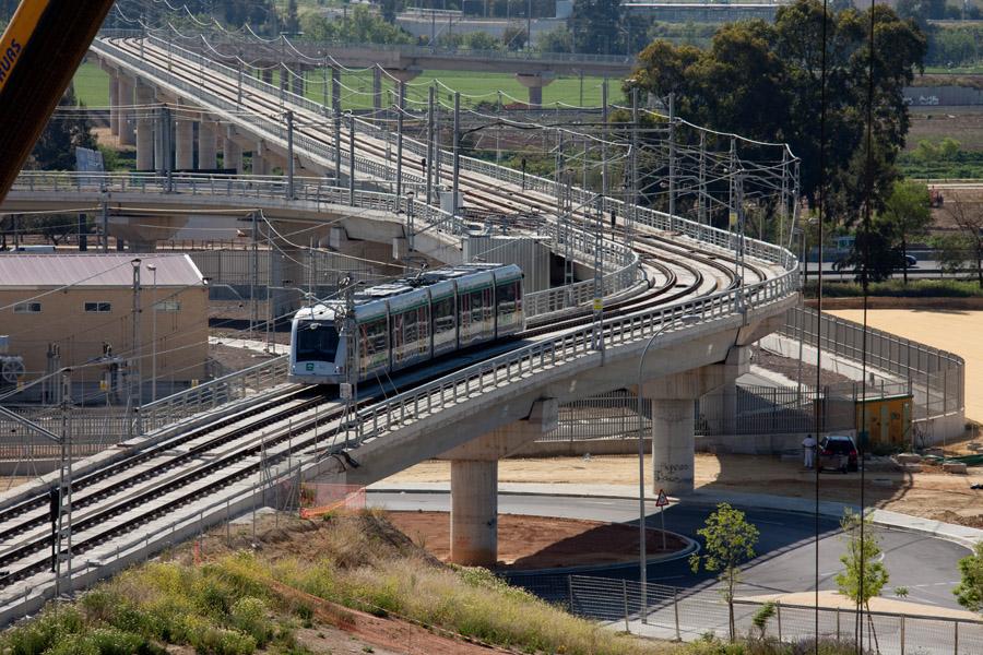 Metro de Sevilla circulando en las proximidades de Talleres y Cocheras