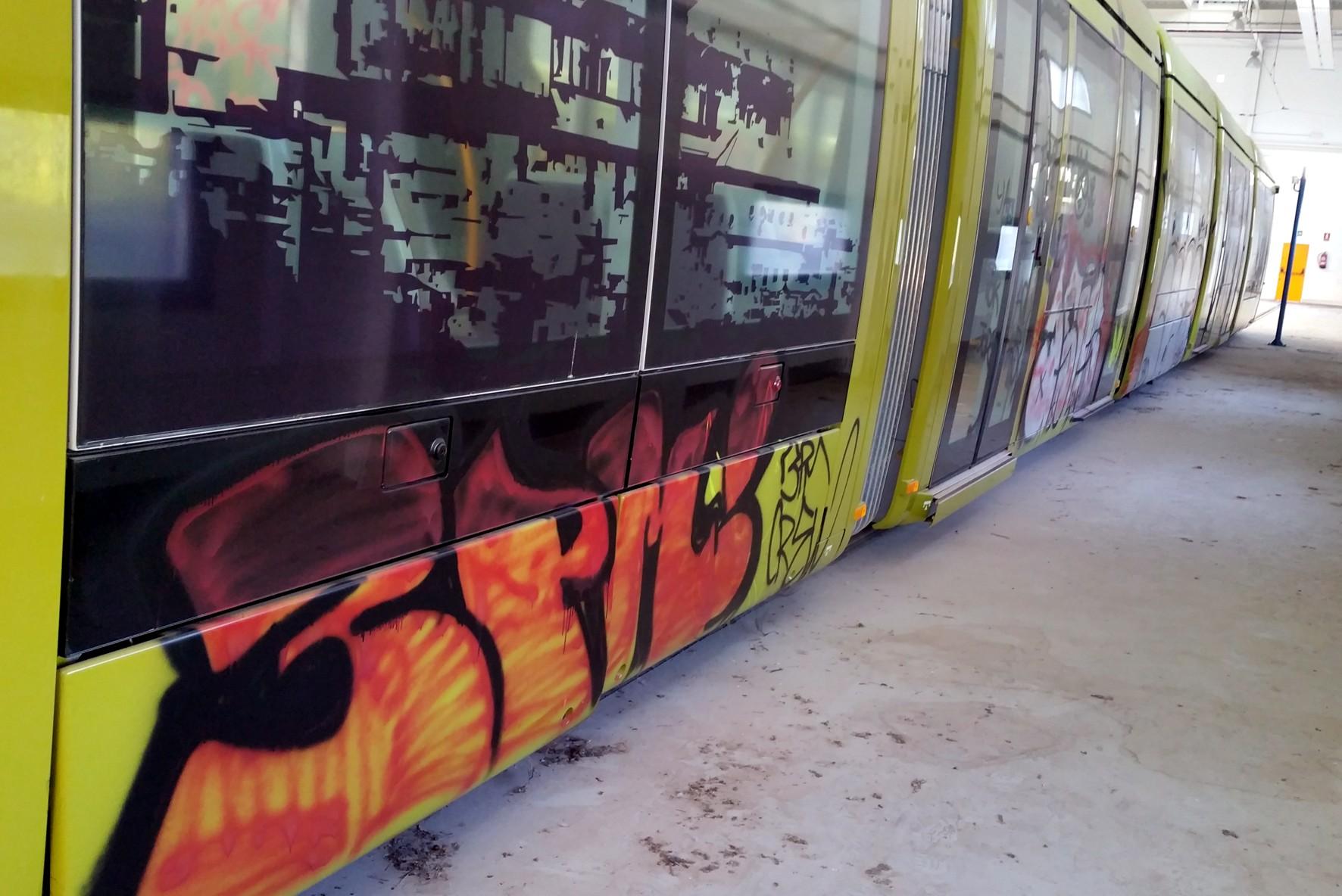 Trenes vandalizados en las cocheras del Tranvía de Jaén.