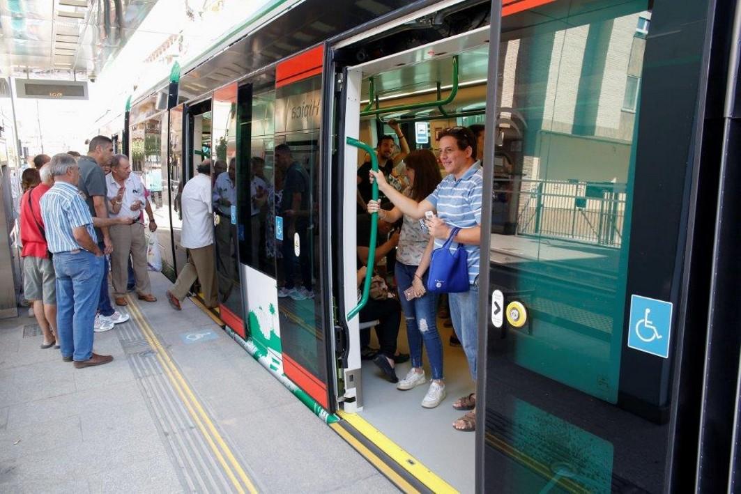 Usurarios del metro ligero de Granada.