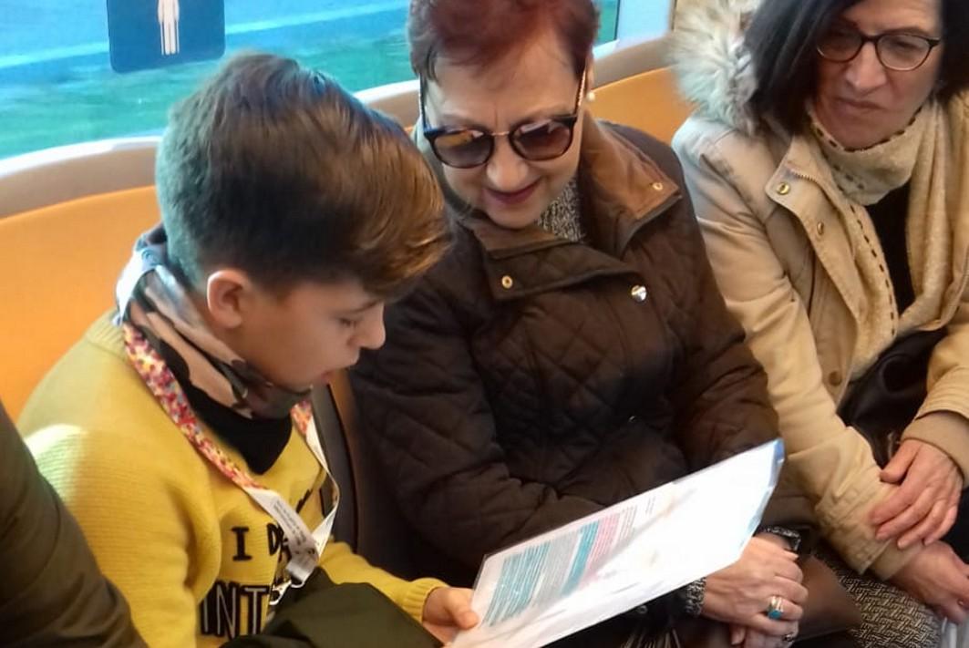 Niños de los centros escolares de Albolote leen sus cuentos en el metro.