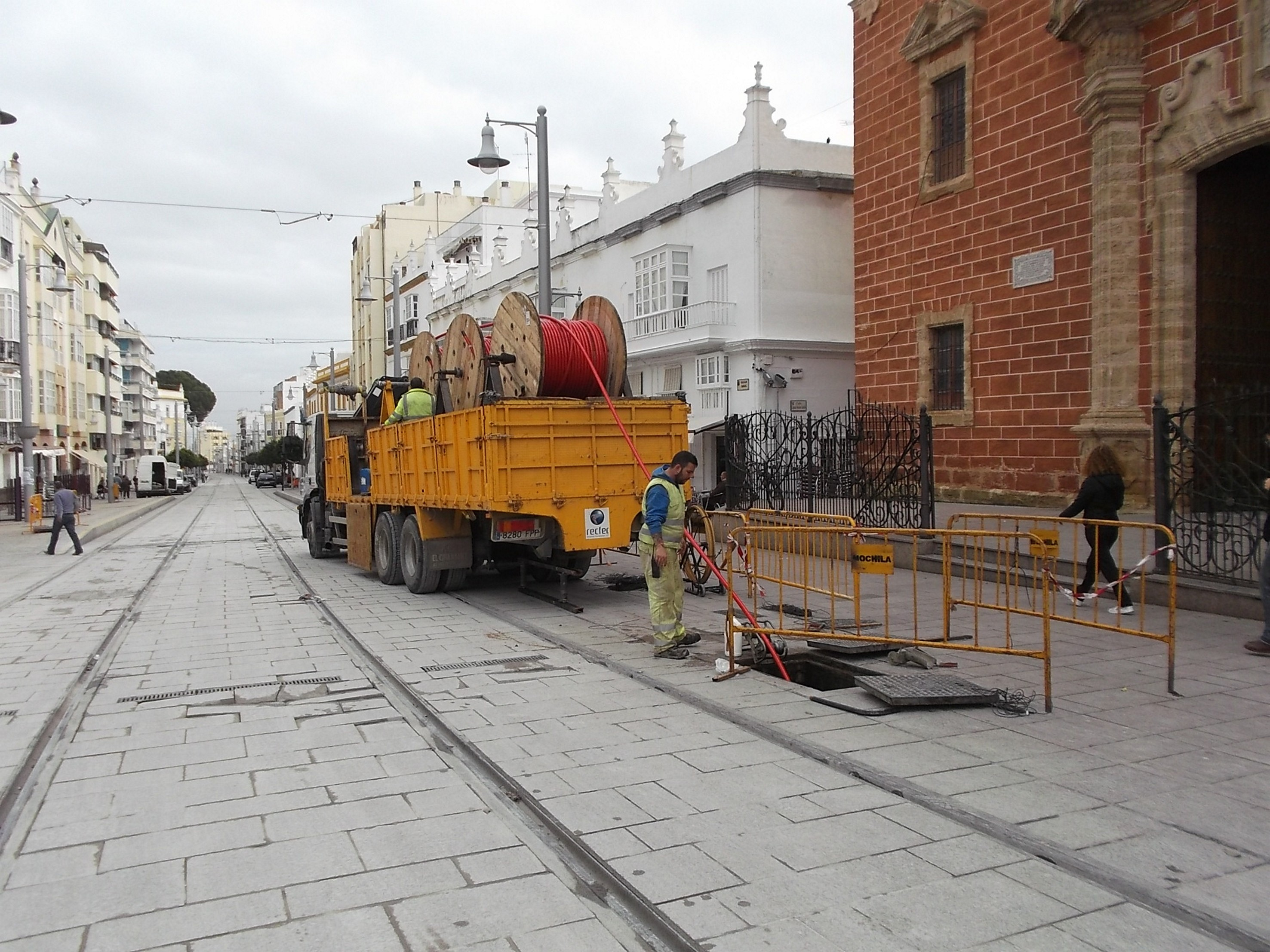 Camión con las bobinas y tendido de cable en la calle Real de San Fernando.