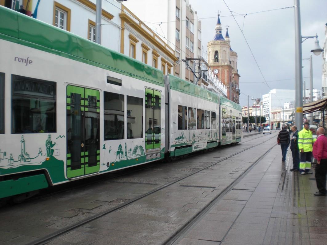 pruebas móviles del tranvía de la Bahía de Cádiz a su paso por San Fernando.