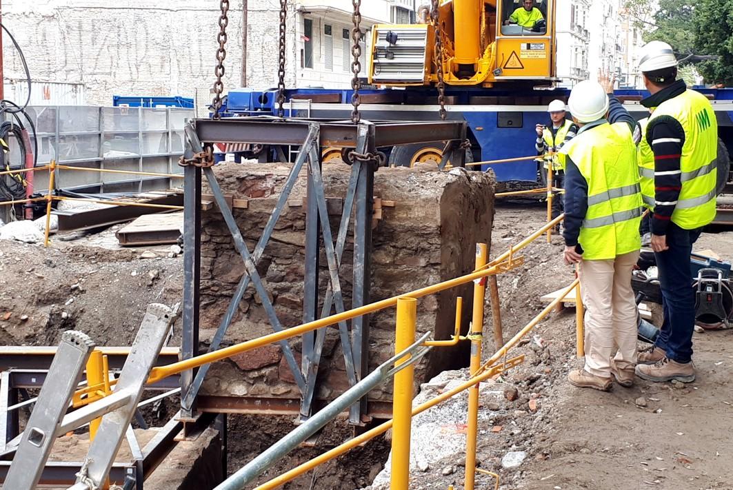 Técnicos de Fomento extraen los trozos de muralla del Fuerte de San Lorenzo para continuar con las obras del túnel del metro.