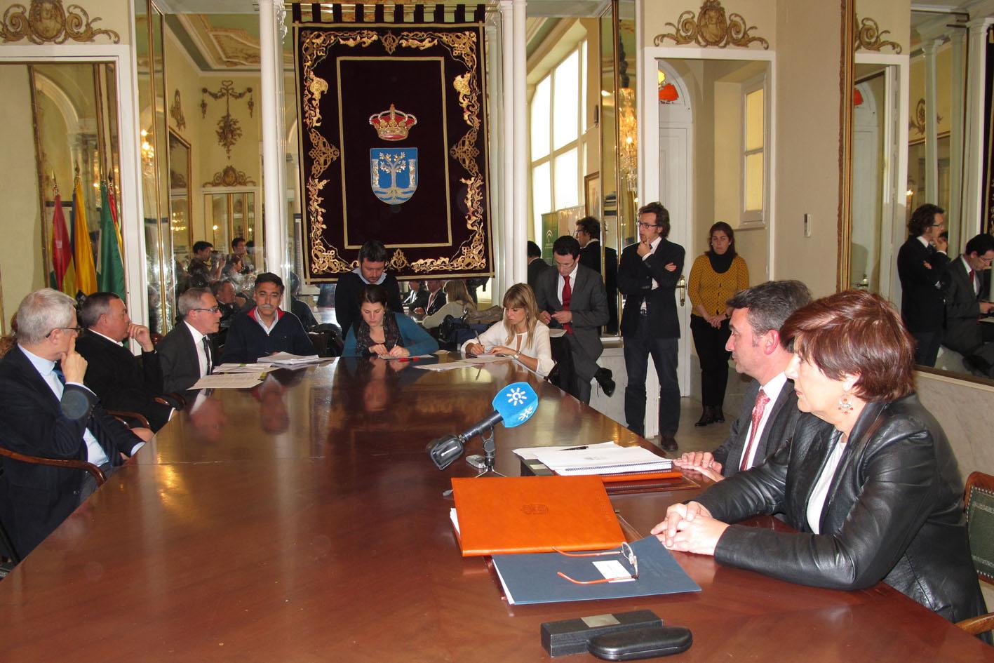 La Consejera y el rector escuchan las palabras de los responsables del proyecto de investigación en la Universidad de Cádiz.