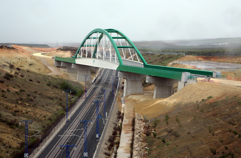 El viaducto del Eje Ferroviario Transversal sobre la LAV Córdoba-Málaga consta de una longitud de 205 metros.