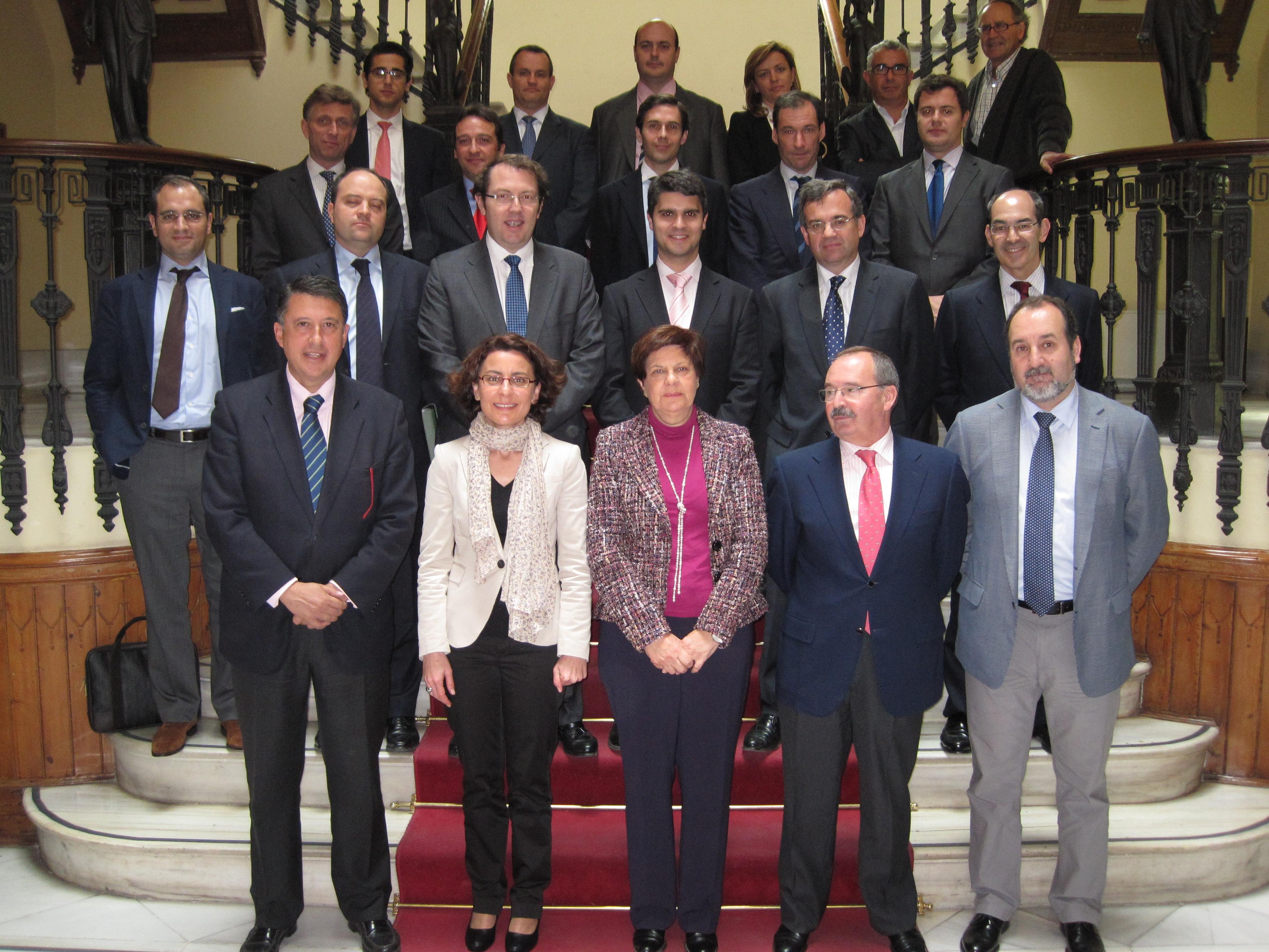 Los representantes de la Concesionaria y de la Junta de Andalucía tras la firma del contrato.