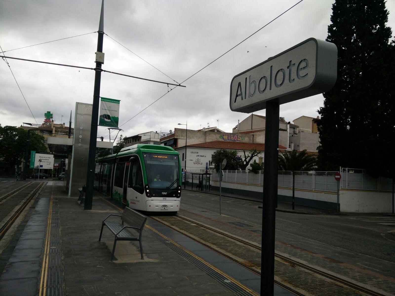 Tren del metro ligero de Granada circulando en pruebas por la zona de Albolote.